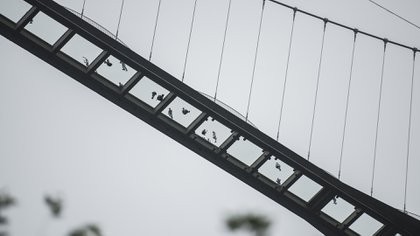 Está formado por 99 placas de vidrio transparentes y puede recibir simultáneamente a 800 personas (AFP)