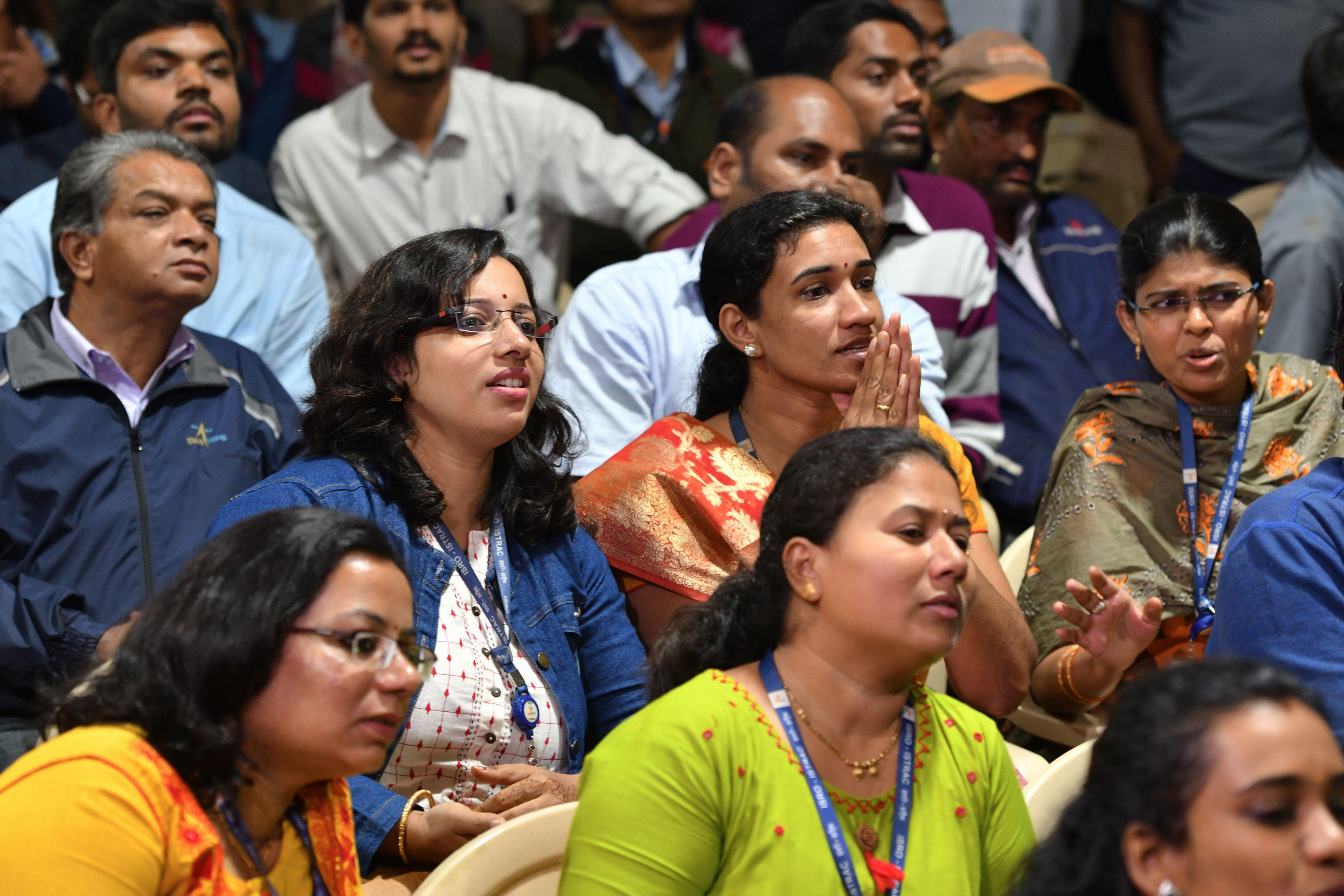 Científicos del ente espacial indio (ISRO) observan el descenso de la sonda Vikram (Manjunath Kiran / AFP)
