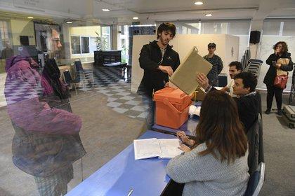 Este domingo se desarrollaron las elecciones internas en Uruguay; el 27 de octubre serán los comicios generales(Photo by EITAN ABRAMOVICH / AFP)