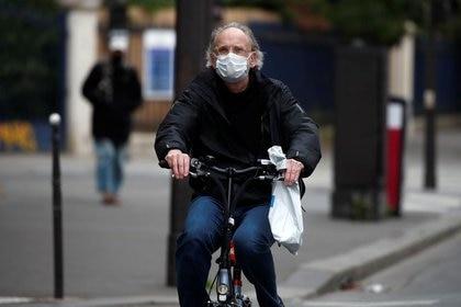 Foto de archivo de un hombre en bicicleta en París.  May 11, 2020.  REUTERS/Benoit Tessier