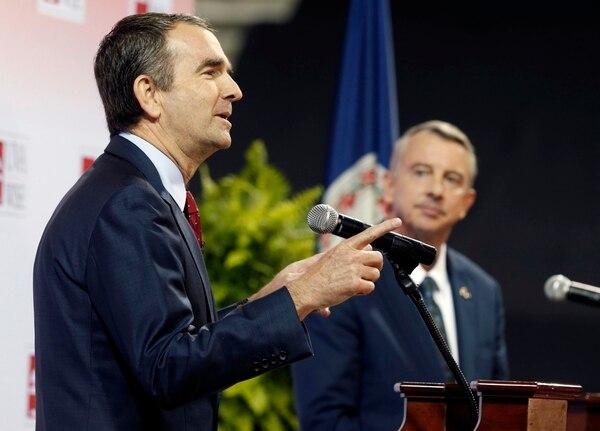 El demócrata Ralph Northam gesticula en un debate con su rival, el republicano Ed Gillespie (AP)