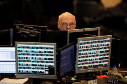 Foto de archivo - Un operador en la Bolsa de Comercio de Buenos Aires observa una pantalla durante la sesión en el recinto en la capital argentina.  Jun 19, 2018. REUTERS/Martin Acosta