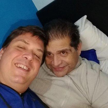 Fabián nunca ocultó su homosexualidad dentro del ámbito de la Iglesia. En la foto, junto a su pareja Néstor, quien murió en 2018 (Facebook)