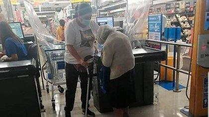 La mujer debió ser asistida por otras personas que sí portaban su permiso sanitario con autorización para poder ingresar a comprar