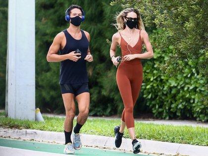 Candice Swanepoel salió a correr por las calles de Miami. La modelo sudafricana entrenó junto a un amigo, a pesar del mal clima y el día lluvioso. Si bien está permitido hacer deporte sin tapabocas, Candice eligió llevarlo puesto. Además, tenía anteojos de sol e iba escuchando música a través de su celular