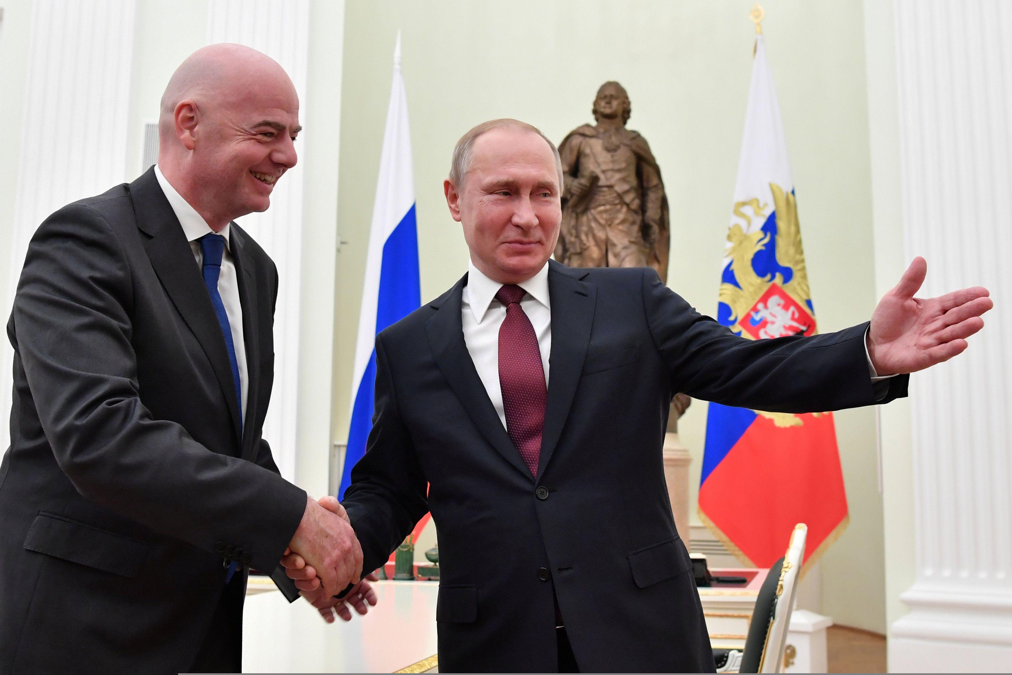Gianni Infantino, presidente de la FIFA, junto a Vladimir Putin, presidente de Rusia (Reuters)