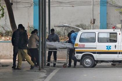 Una persona es llevada a un hospital. (REUTERS/Adnan Abidi)
