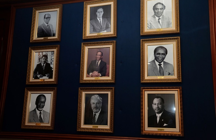 Los ex presidentes del Bank of Jamaica (AP Photo/Collin Reid)