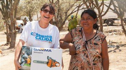 Cristina Sánchez entregando una motosierra para facilitar el trabajo en el monte.