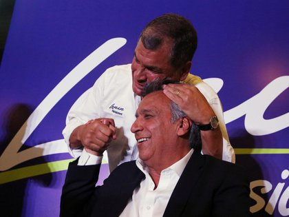 El presidente de Ecuador, Rafael Correa, abraza al candidato del oficialismo, Lenín Moreno. (Reuters)