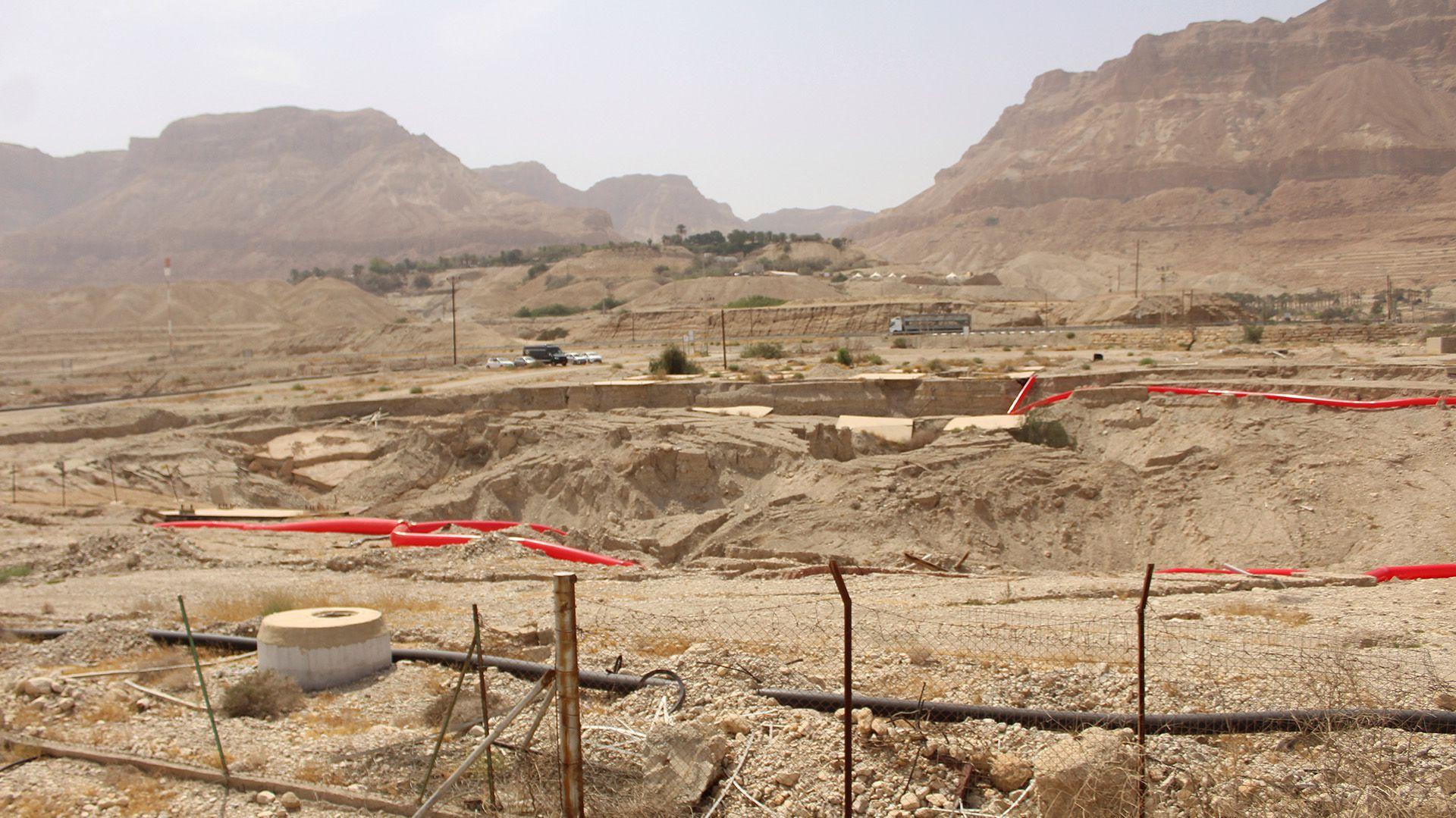 Los socavones en forma de cráter, muestras de un Mar Muerto cada vez más seco