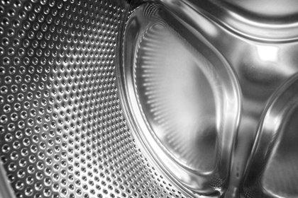 La acumulación de pelusa puede llegar a obstruir el conducto de la secadora y en casos extremos, puede llegar a provocar un incendio (Shutterstock)