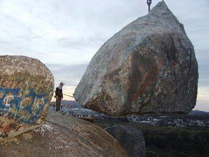 Réplica de la piedra movediza de Tandil, una ciudad que está en tensión con la gobernación bonaerense