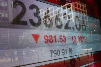 FOTO DE ARCHIVO. Un panel muestra el índice Hang Seng, en Hong Kong. 4 de mayo de 2020. REUTERS/Tyrone Siu.