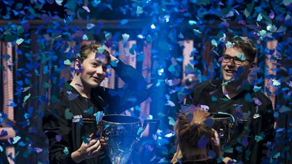 """El noruego Emil Berguist Pedersen, alias """"Nyhrox"""", y el austríaco Thomas Arnould, conocido como """"Aqua"""" también se hicieron con USD 3 millones, al ganar el sábado la final de Fortnite en modo dúo (Foto de Johannes Eisele/ AFP)"""