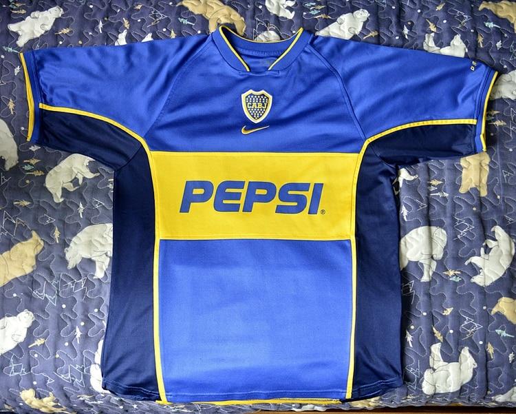La remera titular empleada por Boca en 2001 y 2002, cuando Tevez y Riquelme compartieron plantel (Gustavo Gavotti)