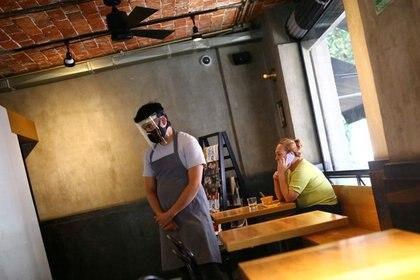 Comensales y trabajadores deberán portar cubrebocas en los restaurantes. (Foto: Reuters)