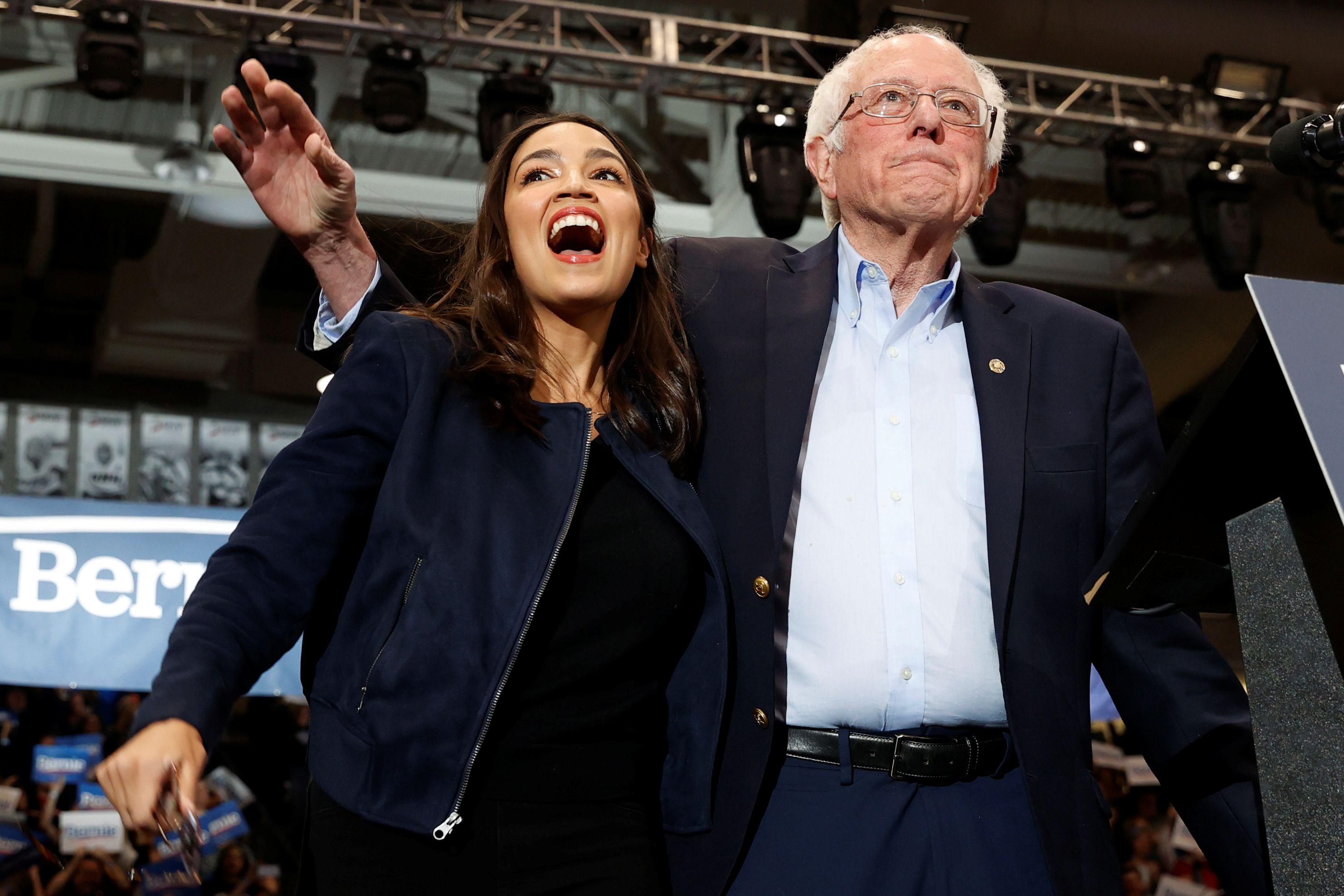 Bernie Sanders junto a la popular congresista demócrata Alexandria Ocasio Cortez (REUTERS/Mike Segar)