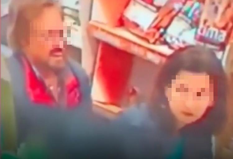 La mujer se recargó en el carrito de compras mientras el hombre se colocó detrás de ella (Foto: LiveLeak)