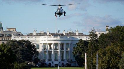 El momento en que el helicóptero presidencial llega a los jardines de la Casa Blanca.Foto; AP/J. Scott Applewhite