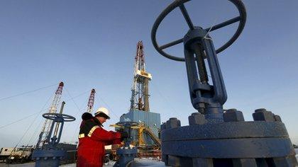 El recorte de producción anunciado por la OPEP apuntaló los precios internacionales (Reuters)