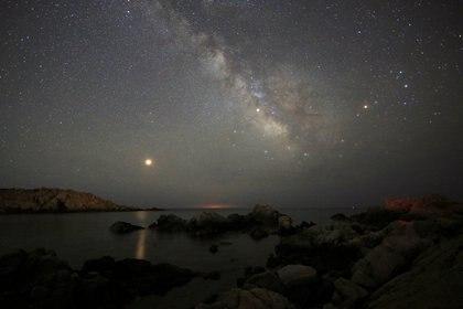 La Vía Láctea desde la isla de Cerdeña, en Italia. (REUTERS/Stefano Rellandini/archivo)