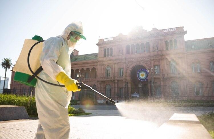Personal sanitario desinfecta la Plaza de Mayo (Foto Franco Fafasuli)