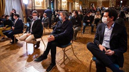 Massa y de Pedro flanqueando a Máximo Kirchner en un acto. La presencia del ministro del Interior en el Llao-Llao es un reconocimiento de las acechanzas que visualiza el gobierno