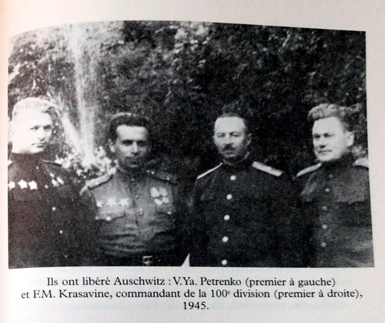 Petrenko (el primero a la izquierda) el día de la liberación de Auschwitz
