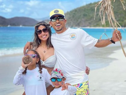 Ozuna junto a su pareja, Taina Meléndez y sus dos hijos Foto: Instagram @ozuna