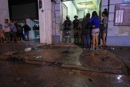Familiares de las víctimas en la puerta de la comisaría luego del incendio donde murieron siete presos