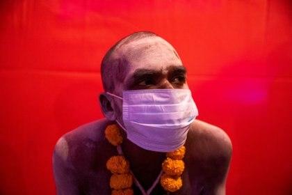 Un Naga Sadhu, o hombre santo hindú, con mascarilla ante las medidas sanitarias impuestas por el país.