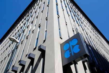 Foto del logo de la OPEP fuera de las oficinas del grupo en Viena.  Abril 9, 2020.  REUTERS/Leonhard Foeger