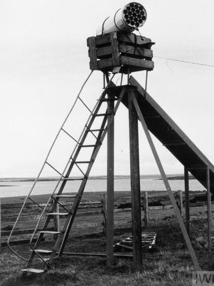 Un lanzacohetes argentino abandonado luego de la batalla de Pradera del Ganso, que fue una de las primeras batallas terrestres entre ambos ejércitos, a fines de mayo de 1982, (Imperial War Museums)
