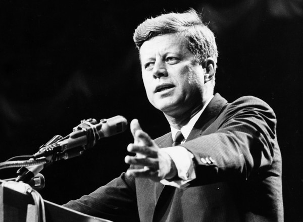 John F Kennedy en pleno discurso en 1962 (Getty)