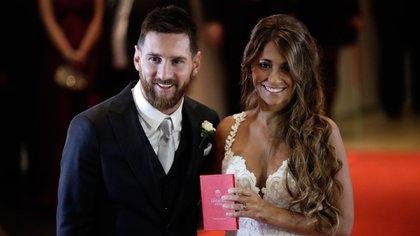 Messi, en un smoking azul de Armani y Anto con diseño de Rosa Clará (AP)