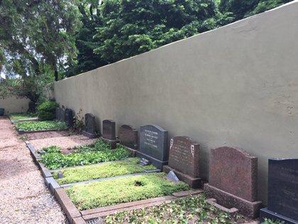 El muro levantado en 1920, desde el cementerio británico