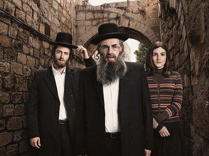 """Los personajes principales de """"Shtisel"""", una serie que muestra el día a día de una comunidad ortodoxa en Jerusalem y las dificultades humanas para cumplir con ciertos preceptos"""
