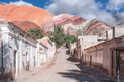 El pequeño y tradicional pueblo de Purmamarca se encuentra sobre la Ruta Nacional 52 que se dirige al Paso de Jama -Frontera Argentina-Chile-, a 4 kilómetros de la Ruta Nacional 9 (Shutterstock)