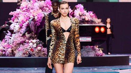 Irina Shayk en un desfile de Versace (AFP)