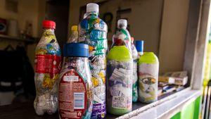 """Día Mundial del Reciclaje: qué son las """"botellas de amor"""" y cuál es su finalidad"""