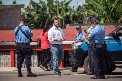 El gobierno de Daniel Ortega mantiene un asedio implacable contra los opositores a quienes persigue e impide reunirse o movilizarse. En la foto, Félix Maradiaga, precandidato opositor a quien la policía mantuvo encerrado en su casa por más de tres meses sin explicación alguna. (Cortesía)