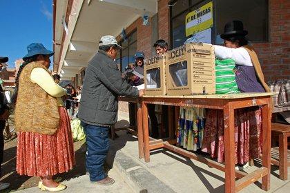 Ciudadanos votan en El Alto (Bolivia). EFE/Martin Alipaz/Archivo