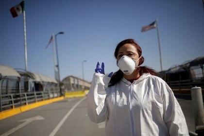 Susana Prieto, abogada y activista laboral, hace un gesto durante una entrevista con Reuters en el puente fronterizo internacional del Paso del Norte en Ciudad Juárez, México. (Foto: REUTERS/Jose Luis González)