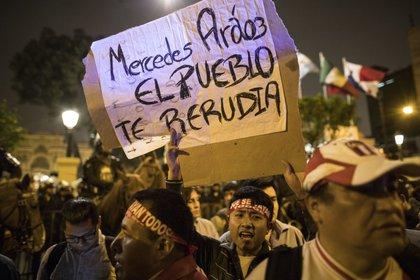 Aráoz fue una de las más criticas en las marchas que celebraron la disolución del Parlamento (AP Photo/ Rodrigo Abd)