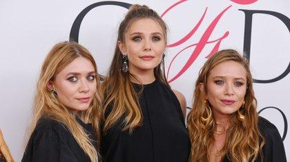 Elizabeth Olsen con sus hermanas mellizas Mary-Kate y Ashley (Crédito: Erik Pendzich / Shutterstock)