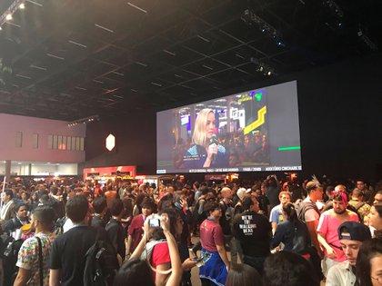 Afuera de la sala de conferencias, Larson es seguida por los cientos de fans que no pudieron ingresar.