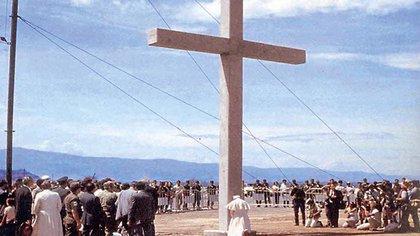 El Papa Juan Pablo Segundo visitó armero al año siguiente de la tragedia, el 1 de julio de 1986. En la foto reza postrado ante una cruz gigante de cemento por las víctimas de la avalancha