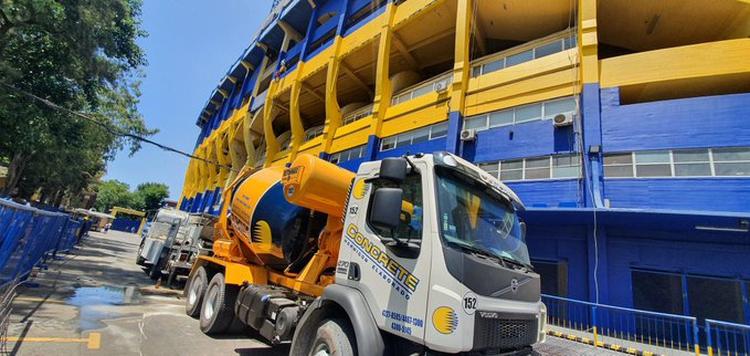Las máquinas, con los colores de Boca, que trabajan en la Bombonera (Twitter: @cnavarroarq)