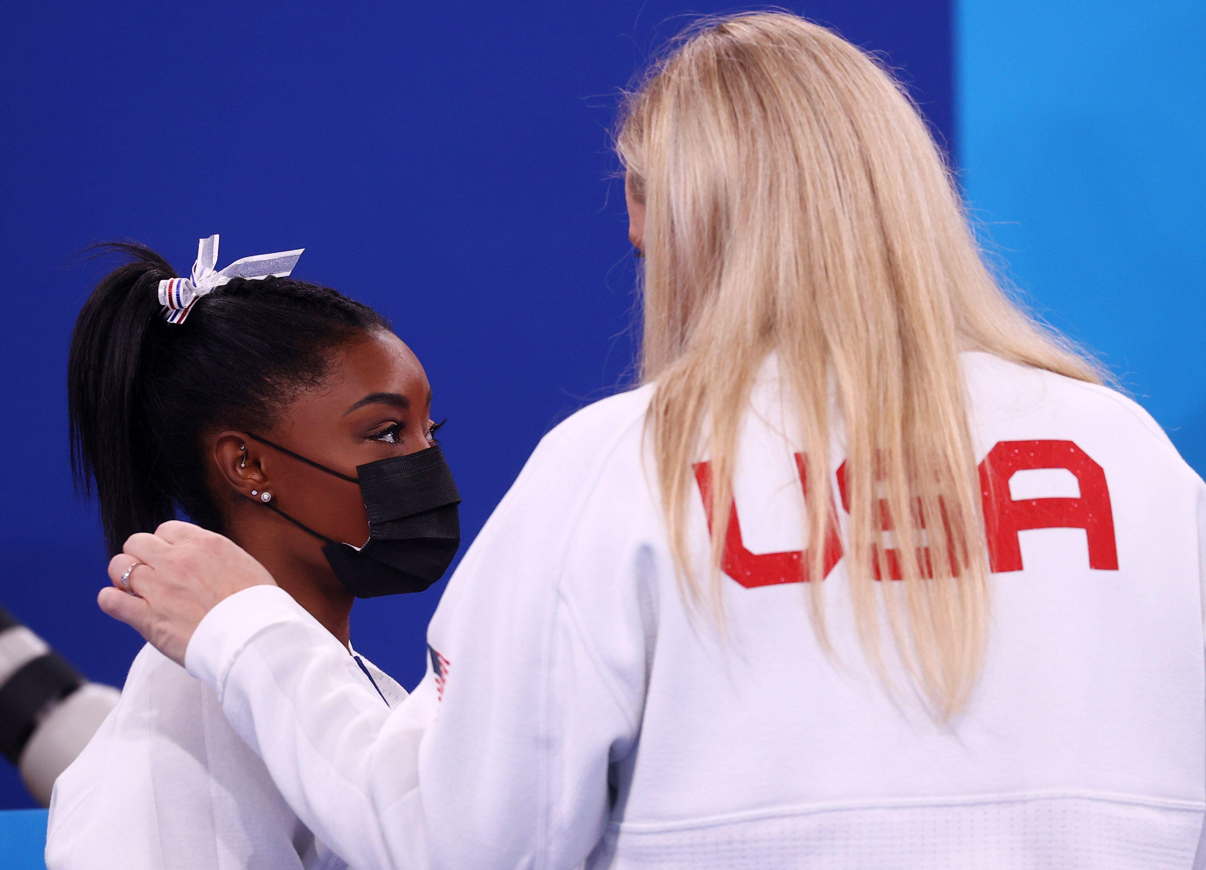 Simone Biles dialoga con una de las entrenadoras del equipo (Foto: Reuters)